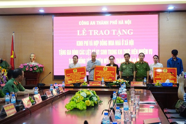 Trung tướng Đoàn Duy Khương và Thiếu tướng Phạm Văn Bảng trao kinh phí cùng hợp đồng mua nhà ở xã hội tặng thân nhân các liệt sỹ