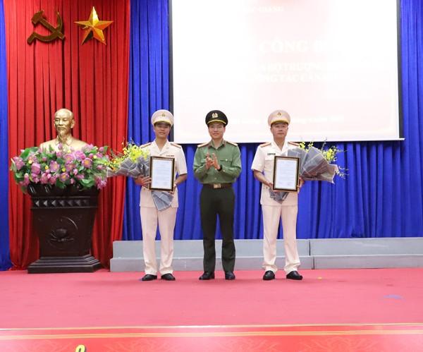 Thừa ủy quyền của Bộ trưởng Bộ Công an, Thượng tá Nguyễn Quốc Toản trao quyết định bổ nhiệm và tặng hoa chúc mừng Thượng tá Thân Văn Hải và