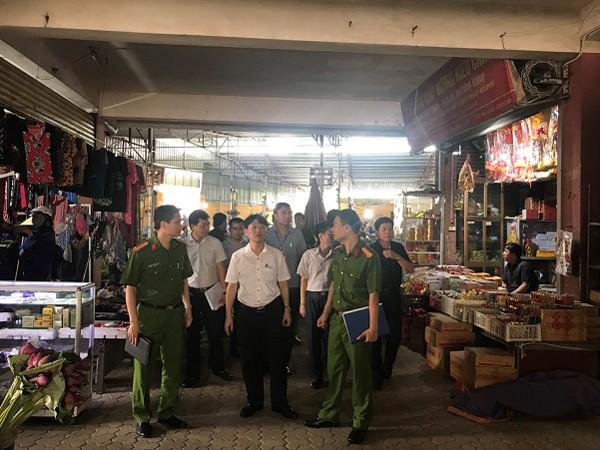 Đoàn kiểm tra liên ngành do ông Trương Văn Học, Phó Chủ tịch UBND huyện Gia Lâm, làm Trưởng đoàn, kiểm tra công tác PCCC tại chợ