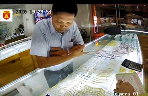 Tên trộm vàng gian manh qua mắt chủ tiệm vàng bằng thủ đoạn rất cũ ảnh 1