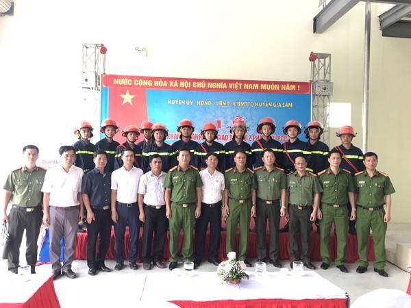 Đại biểu dự buổi lễ chụp ảnh lưu niệm cùng CBCS PCCC&CNCH - CAH Gia Lâm