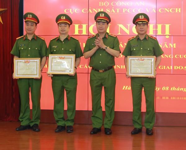 Thứ trưởng Lê Quốc Hùng trao danh hiệu Chiến sỹ thi đua toàn lực lượng Công an nhân dân tặng các cá nhân thuộc Cục Cảnh sát PCCC & CNCH