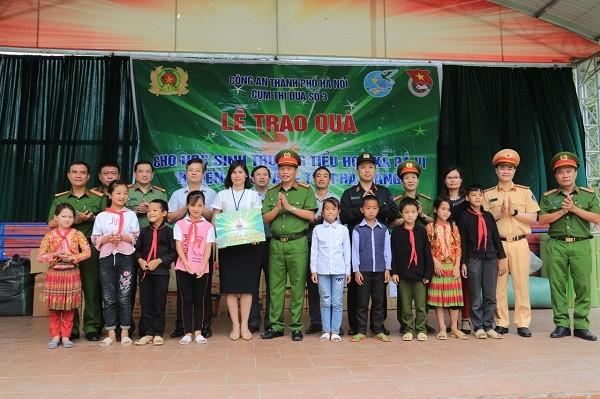 Đoàn công tác Cụm thi đua số 3 - Công an Hà Nội trang tặng quà cho học sinh Trường tiểu học Pả Vi, huyện Mèo Vạc
