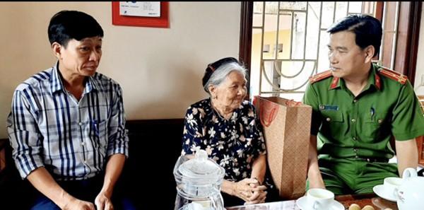 Thượng tá Trần Đình Nghĩa trao tặng quà, thăm hỏi thân nhân liệt sỹ nhân dịp 27-7