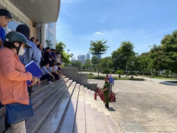Các học viên được lực lượng Cảnh sát PCCC hướng dẫn sử dụng bình chữa cháy xách tay an toàn