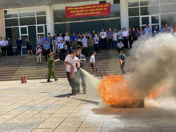 Lực lượng cảnh sát PCCC hướng dẫn các học viên thực hành dập lửa an toàn, hiệu quả