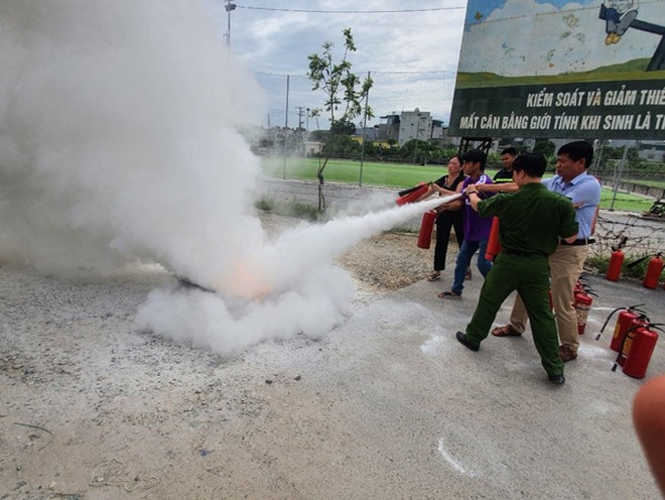 Lực lượng Cảnh sát PCCC và CNCH- CAH Thanh Trì hướng dẫn bà con dập lửa an toàn