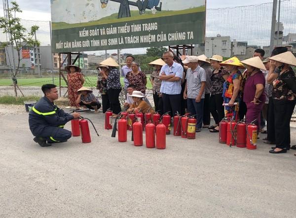 Lực lượng Cảnh sát PCCC và CNCH - CAH Thanh Trì hướng dẫn người dân sử dụng bình chữa cháy