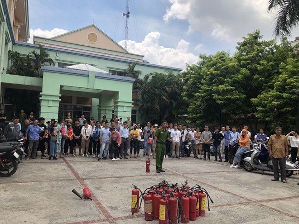 Lực lượng Cảnh sát PCCC và CNCH - CAQ Tây Hồ hướng dẫn người dân cách sử dụng bình chữa cháy xách tay