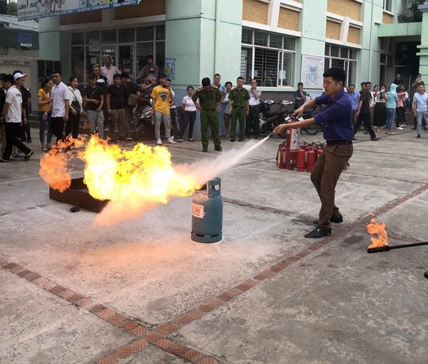 Lực lượng Cảnh sát PCCC và CNCH - CAQ Tây Hồ hướng dẫn người dân cách dập lửa hiệu quả, an toàn