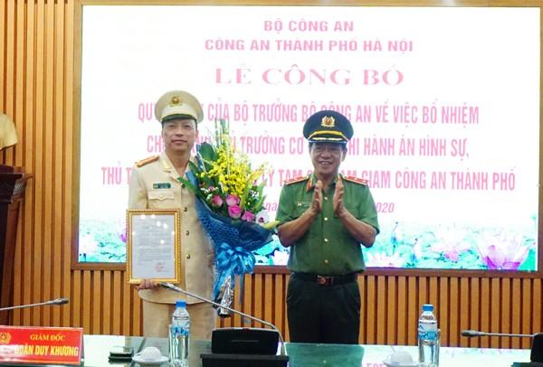Trung tướng Đoàn Duy Khương, Giám đốc CATP Hà Nội trao quyết định của Bộ trưởng Bộ Công an về bổ nhiệm chức danh Thủ trưởng Cơ quan Thi hành án hình sự,