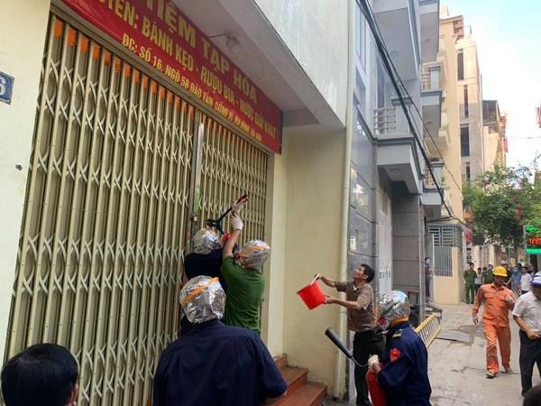 Nhận được tin cháy, lực lượng chữa cháy cơ sở đến hiện trường dập lửa, tìm kiếm cứu nạn
