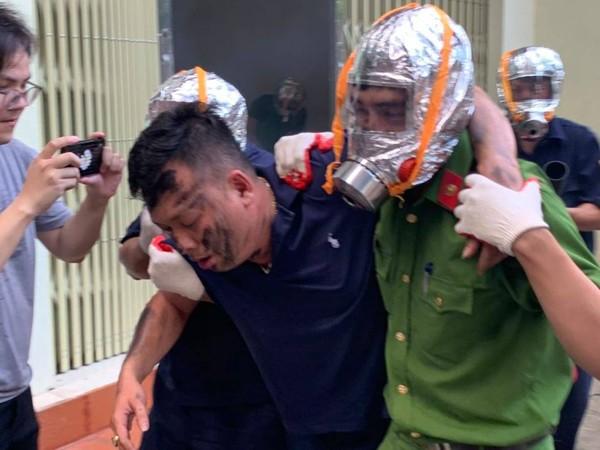 Lực lượng chữa cháy cơ sở tiếp cận cứu người mắc kẹt trong đám cháy, đưa đến nơi an toàn sơ cứu