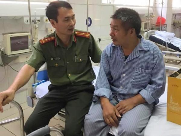 Thượng tá Lê Hồng Hải thăm hỏi, động viên đồng đội thương binh Hoàng Văn Thìn