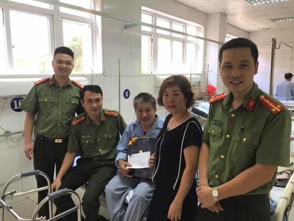Thượng tá Lê Hồng Hải, Phó trưởng CAQ Tây Hồ cùng CBCS đến thăm hỏi, tặng quà thương binh Hoàng Văn Thìn