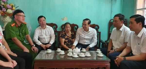 Phó Bí thư Thành ủy Đào Đức Toàn thăm, tặng quà bà Hoàng Thị Phúc, mẹ liệt sĩ Nguyễn Huy Thịnh