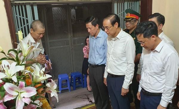Phó Bí thư Thành ủy Đào Đức Toàn thăm, tặng quà gia đình liệt sĩ Phạm Công Huy