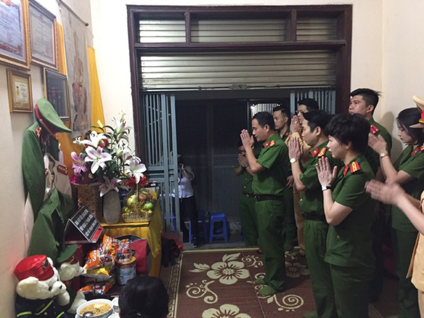 Đoàn công tác thăm và tặng quà thân nhân gia đình liệt sỹ Phạm Công Huy