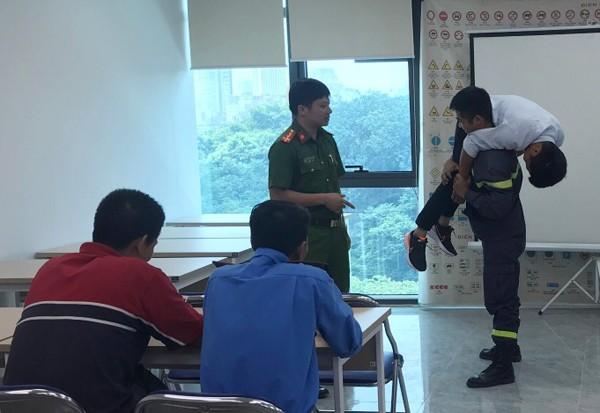 Lực lượng Cảnh sát PCCC và CNCH - CAQ Nam Từ Liêm hướng dẫn cách cứu hộ, thoát nạn hiệu quả an toàn