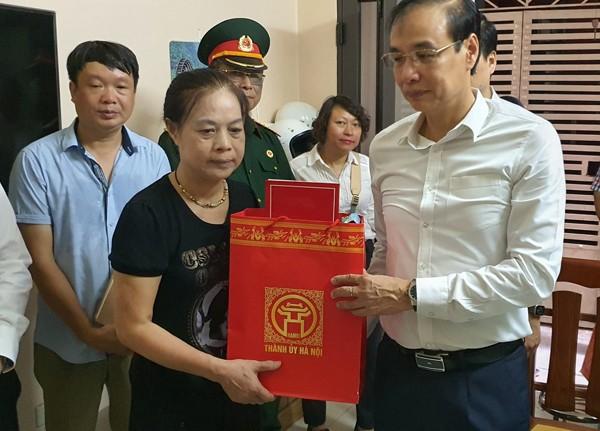 Phó Bí thư Thành ủy Đào Đức Toàn thăm, tặng quà bà Lê Thị Phúc, mẹ liệt sĩ Dương Đức Hoàng Quân