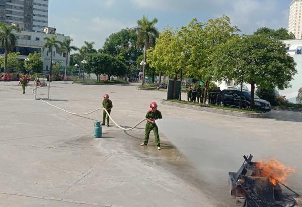 Xe máy chữa cháy có máy bơm theo sau tiếp cận ngõ nhỏ, phố nhỏ xử lý nhanh cháy ban đầu