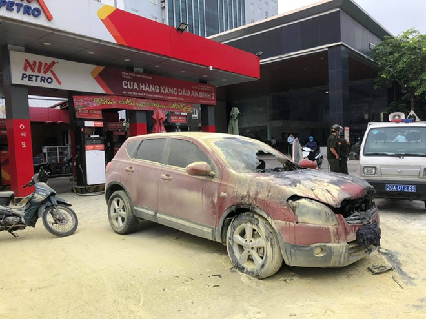 Chiếc xe ôtô bị bốc cháy