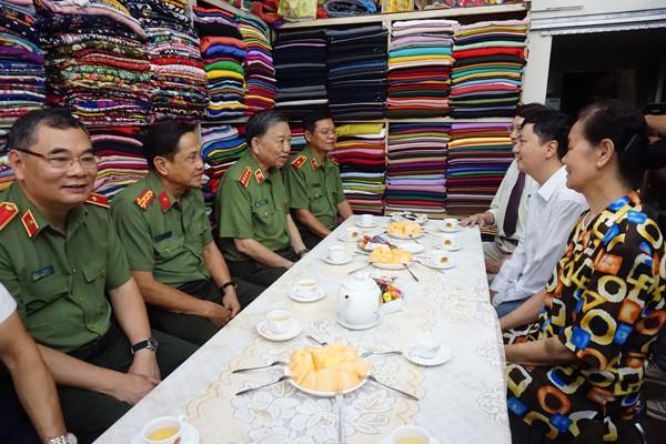 Đại tướng Tô Lâm và Đoàn công tác thăm hỏi, tặng quà thân nhân liệt sỹ Công an nhân dân Nguyễn Tài Lạc