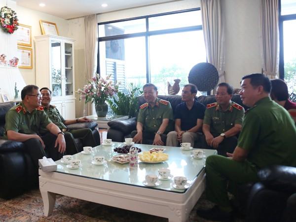 Đại tướng Tô Lâm, Bộ trưởng Bộ Công an và Đoàn công tác thăm hỏi, tặng quà thân nhân liệt sỹ Đậu Văn Ngôn