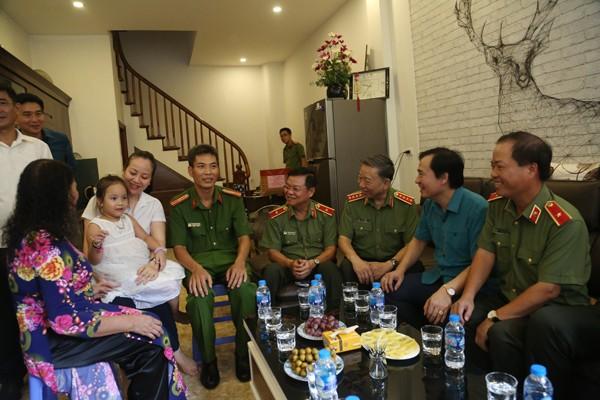 Đại tướng Tô Lâm và Đoàn công tác thăm hỏi, tặng quà gia đình thương binh Lê Thanh Hùng