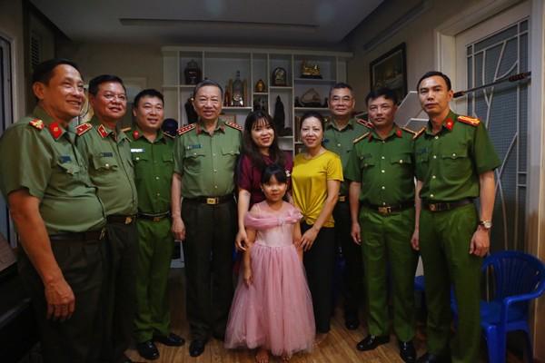 Đại tướng Tô Lâm và Đoàn công tác thăm hỏi, tặng quà gia đình thương binh Vũ Thái Sơn