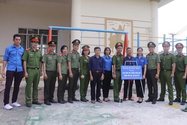 Đại diện Đoàn thanh niên các đơn vị tham gia ký giao kết trao tặng sân chơi tại thôn Tiên Đài, xã Vạn Yên