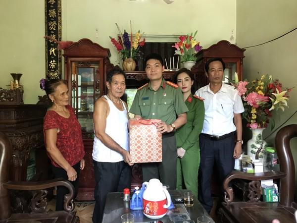 Đại diện Đoàn thanh niên các đơn vị thăm hỏi, tặng quà gia đình chính sách nhân dịp kỷ niệm 73 năm ngày Thương binh - Liệt sỹ