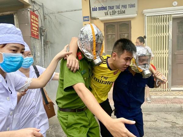Các lực lượng phối hợp tổ chức cứu nạn người mắc kẹt