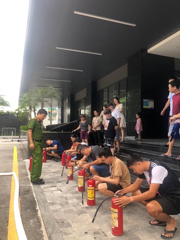 Cảnh sát PCCC và CNCH - CAQ Nam Từ Liêm hướng dẫn cư dân cách sử dụng bình chữa cháy