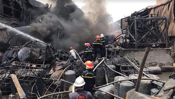 Lực lượng Cảnh sát PCCC và CNCH - CATP Hà Nội làm nhiệm vụ tại vụ cháy tại kho hóa chất Đức Giang