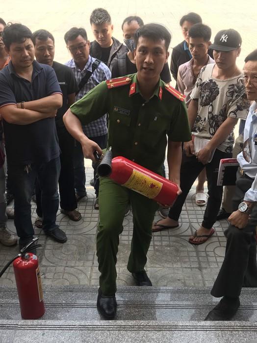 Lực lượng Cảnh sát PCCC và CNCH- CAQ Hoàng Mai tập huấn, tuyên truyền hướng dẫn người đứng đầu cơ sở sử dụng bình chữa cháy xách tay