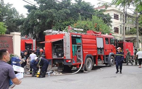 Lực lượng Cảnh sát PCCC và CNCH - CATP Hà Nội làm nhiệm vụ tại vụ cháy kho xưởng thuộc Công ty TNHH Song Ngân, huyện Gia Lâm