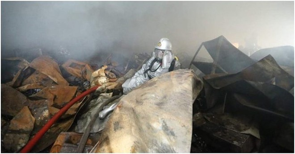 Lính cứu hỏa làm nhiệm vụ tại vụ cháy công ty TNHH Song Ngân