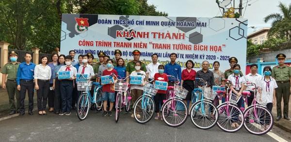 Các đại biểu trao tặng quà và xe đạp cho các học sinh vượt khó học giỏi