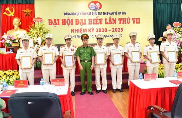 Thượng tướng Lê Quý Vương trao quyết định khen thưởng cho các tập thể, cá nhân của Cục Cảnh sát ĐTTP về ma túy