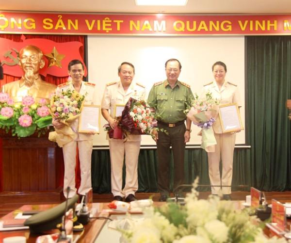 Thượng tướng Nguyễn Văn Thành, Thứ trưởng Bộ Công an tặng hoa chúc mừng các đồng chí được phân công nghiệm vụ mới