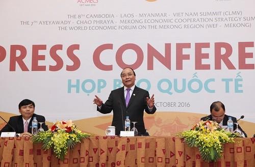 Thủ tướng Nguyễn Xuân Phúc: Môi trường đầu tư kinh doanh của Việt Nam cần vươn lên nhóm đầu ASEAN
