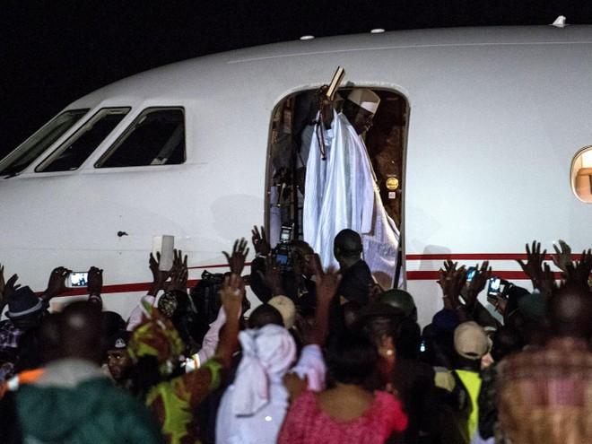 """""""Khoắng sạch"""" kho bạc nhà nước, cựu Tổng thống Gambia """"ôm"""" 11,4 triệu USD đi lưu vong"""