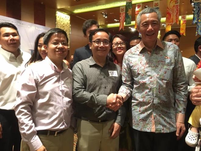 Thủ tướng Lý Hiển Long bắt tay tác giả - Tiến sỹ David Nguyen, Giám đốc Trung tâm Xúc tiến thương mại Đầu tư VietCham tại Singapore và Chủ tịch Hội người Việt Nam tại Singapore