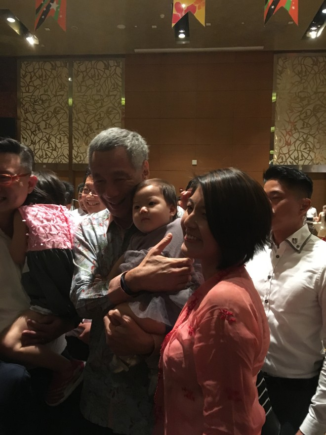 Bàn tay ấm của ngài Thủ tướng Singapore Lý Hiển Long ảnh 3