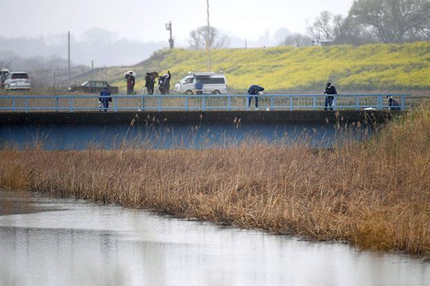 Các nhà điều tra Nhật Bản khám nghiệm hiện trường nơi phát hiện thi thể bé gái 9 tuổi người Việt tại thành phố Abiko, tỉnh Chiba. Ảnh: Kyodo