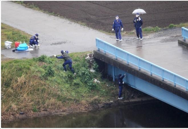 Cảnh sát Nhật Bản khám nghiệm hiện trường quanh mương nước ở Abaki, tỉnh Chiba