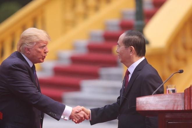 Hai nhà lãnh đạo bắt tay kết thúc buổi họp báo