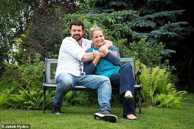 Emmy và Vic trong vườn nhà ở Thụy Điển