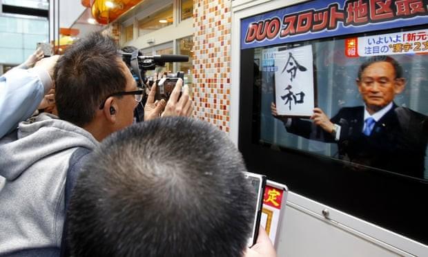 Người dân Nhật Bản theo dõi sự kiện Chánh văn phòng Nội các Yoshihide Suga công bố niên hiệu mới